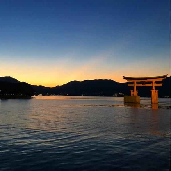 厳島神社での「観月能」。月夜に浮かぶ舞台での波音と能楽の幽玄世界