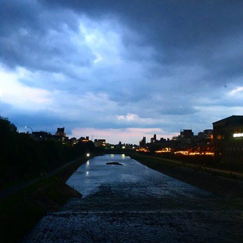 京都鴨川の夕暮れ