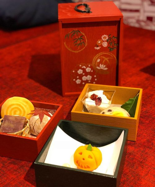 和菓子を詰めた遊山箱