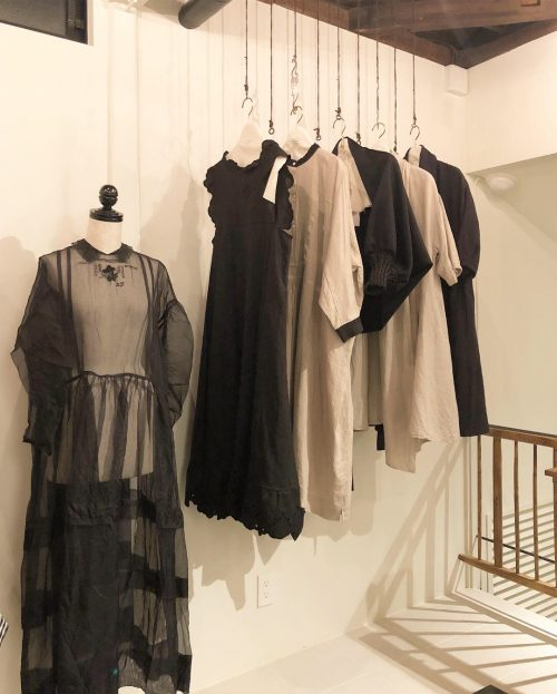 セレクトされたお洋服が並ぶ2階