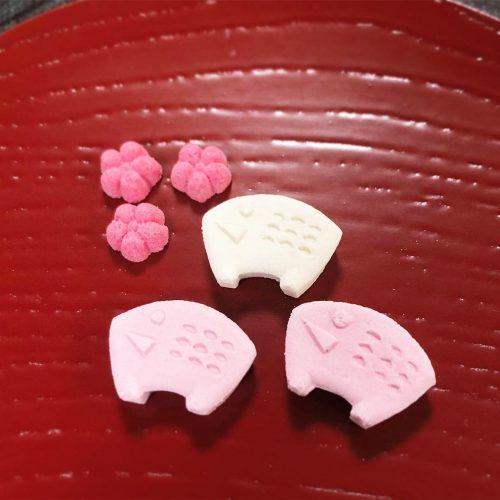 鶴屋吉信の干菓子「京・季のこよみ 干支 亥」。白とピンクの和三盆入り落雁「干支 亥」と落雁「小梅」の詰め合せ