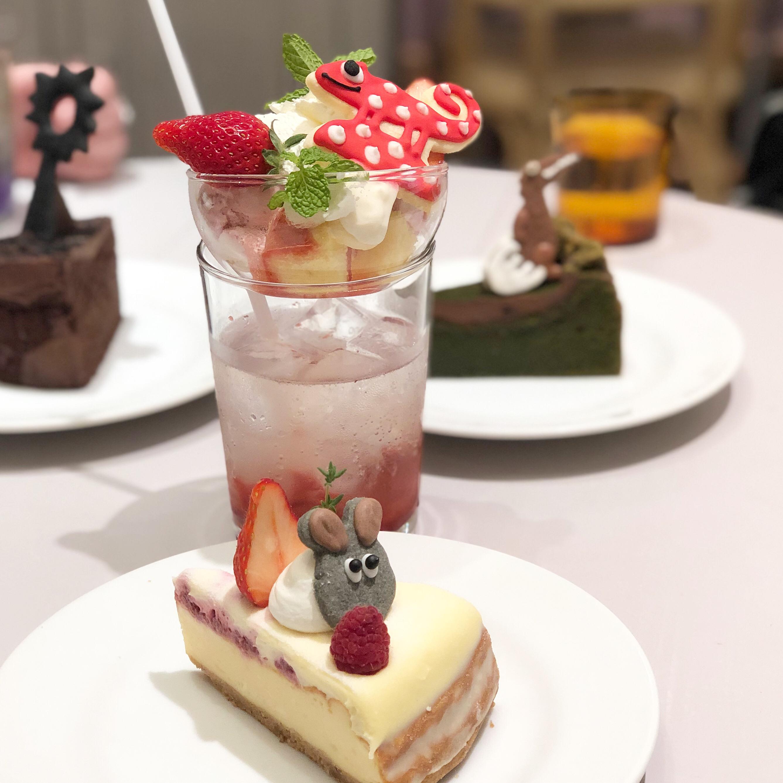 水玉カメレオンの乗ったパフェドリンクとフレデリックのチーズケーキ